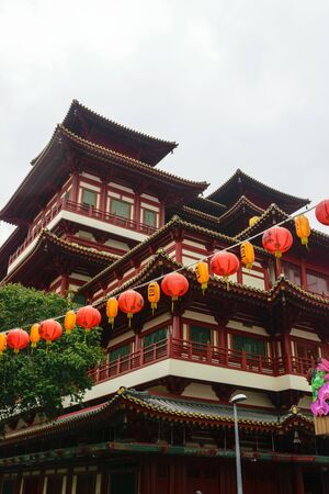 Singapore - 14 OCT 2018. The Buddha Tooth Relic temple and museum during cloudy and rainy day in Chinatown district Foto de archivo - 129743941