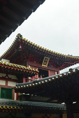 Singapore - 14 OCT 2018. The Buddha Tooth Relic temple and museum during cloudy and rainy day in Chinatown district Foto de archivo - 129743943