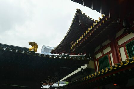 Singapore - 14 OCT 2018. The Buddha Tooth Relic temple and museum during cloudy and rainy day in Chinatown district Foto de archivo - 129743944