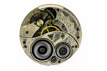 Sehr alter, staubiger und Vintage-Handuhrmechanismus isoliert auf weißem Hintergrund