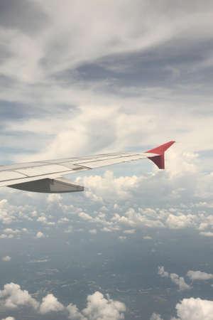 atmosfera: Grupo de nubes con el avi�n de ala en la atm�sfera