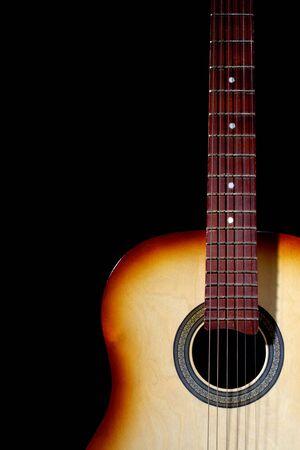 Guitare acoustique en lumi�re blanche. Isol�es sur noir