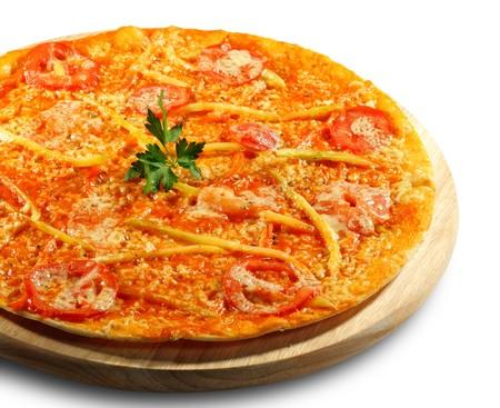 Pizza aux l�gumes sur un bac en bois. Isol� sur fond blanc