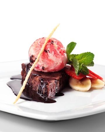Tarte au chocolat noir avec cr�me glac�e et les baies Menthe fra�che et des fruits. Isol� sur fond blanc