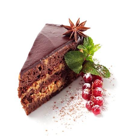 tourtes: Tarte au chocolat glac� � l'anis, menthe fra�che et baies. Isol� sur fond blanc