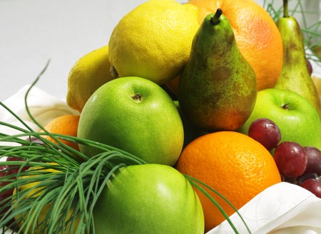 Cesta de frutas (Manzana, Pera, Uva, Lim�n y Naranja) Foto de archivo - 4383219