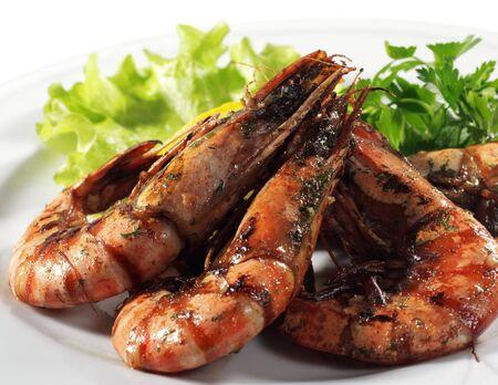 Seafood - Fried Shrimps Dressed avec feuilles de salade, persil, citron et les olives. Isol� sur fond blanc Banque d'images