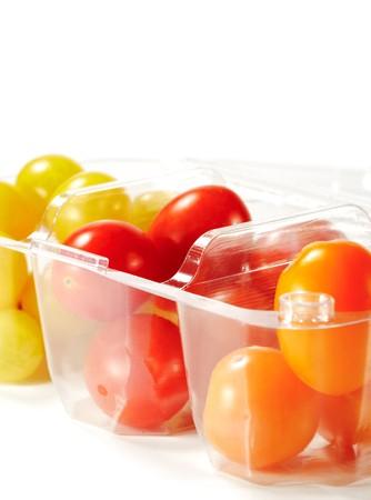 tomate cerise: Tomate cerise en plastique Pack. Isol� sur fond blanc