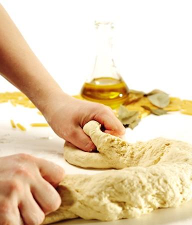 levure: Pr�paration de p�te � l'huile d'olive sur un fond