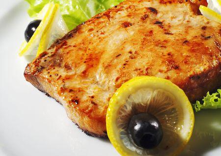 plato de pescado: Plato caliente de pescado - Pescado solomillo con ensalada de hojas frescas y los Olivos