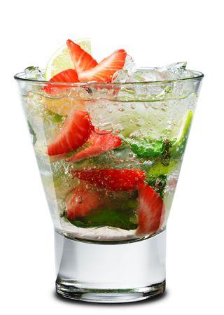 ice crushed: Cocktail - Berry Mojito met kalk Slice en Strawberry. Geïsoleerd op witte achtergrond