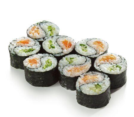 maki sushi: Yin Yang Maki Sushi - Roll faite de saumon frais et � l'int�rieur de concombre. Nori ext�rieur