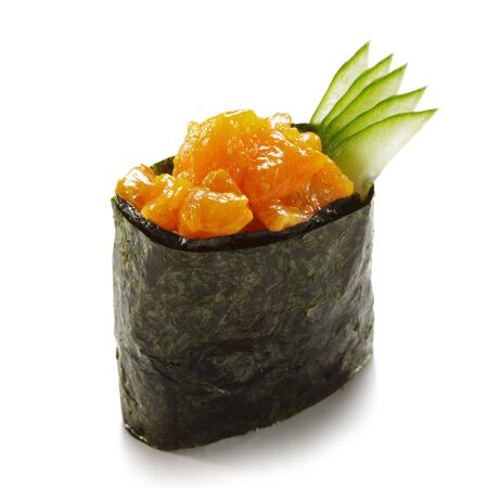 sake: Salmon picante (sake) Gunkan Sushi con pepino. Aislados sobre blanco  Foto de archivo