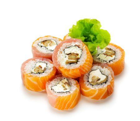 VIP Philadelphie Maki Sushi - Roll faite de l'anguille fum?, fromage ? la cr?me et concombre ? l'int?rieur. Saumon et le thon frais ? l'ext?rieur. Servi avec salade
