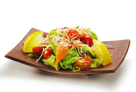 tomate cerise: Cuisine japonaise - salade faite de saumon frais, feuilles de salade, tomates cerises, citron et fromage Parmesan