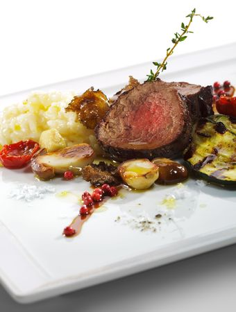 Prime Kalbfleisch mit Risotto, Tartufo Nero (schwarze Trüffel), Grill Zucchini, Steinpilze und getrocknete Tomaten