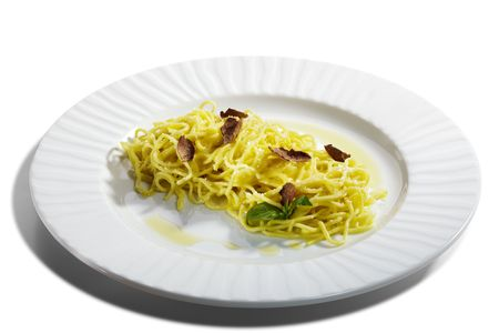 truffe blanche: Maison faite des p�tes avec fromage Parmesan et Tartufo Bianco (truffe blanche). Servi avec les feuilles de basilic Banque d'images