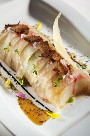 truffe blanche: Carpaccio de Branzino (basse mer) avec Rucola (Roquette), fromage Parmesan et Tartufo Bianco (truffe blanche)