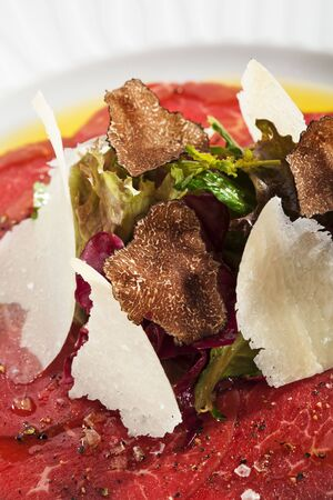 truffe blanche: Carpaccio de boeuf avec salade, Nero e Bianco Tartufo (truffe noir & blanc) Banque d'images