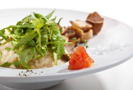 truffe blanche: Risotto avec Rucola, les Tartufo Bianco (truffe blanche) et les Porcini et les tomates Banque d'images