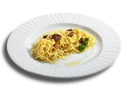 truffe blanche: Accueil fait p�tes au fromage Parmesan et Tartufo Bianco (truffe blanche). Servi avec les feuilles de basilic Banque d'images