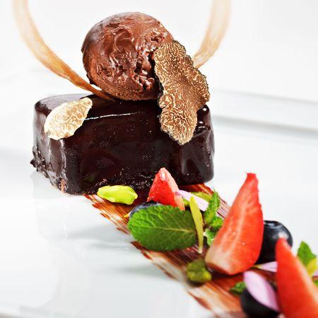 truffe blanche: Ganache Dessert - Sweet m�lange de chocolat et de la cr�me lourd. D�corer avec Tartufo Bianco (champignon truffe blanche), les feuilles de menthe fra�che et fraises