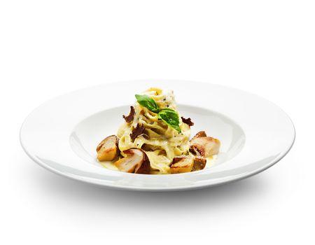 truffe blanche: Tagliatelle avec les champignons, sauce � la cr�me, truffe et de feuilles de basilic  Banque d'images