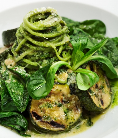 zapallitos: Verde Spaghetti con salsa de pesto, Zuchinni y espinacas frescas