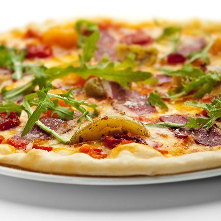 pizza: Eenden vlees pizza met gedroogde tomaat, ruccola en mozzarella kaas  Stockfoto
