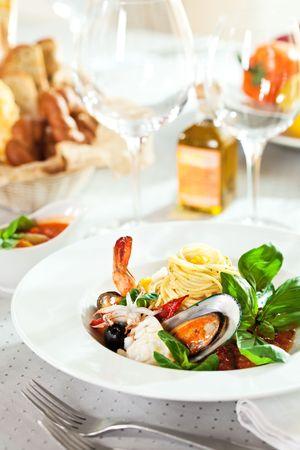 sauce tomate: Fruits de mer spaghetti avec Tiger crevettes, p�toncles, moules, Calamari, saumon et la tomate sauce Banque d'images