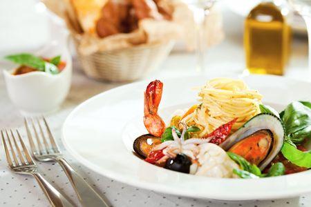 sauce tomate: Fruits de mer spaghetti avec Tiger crevettes, p�toncles, moules, le calmar, saumon et tomates sans sauce