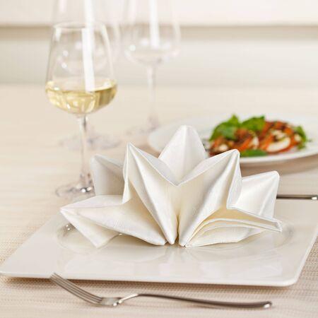 wei?wein: Diente Place Setting with White Wine Glass Lizenzfreie Bilder