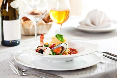 Fruits de mer spaghetti avec Tiger crevettes, p�toncles, moules, le calmar, saumon et tomates sans sauce