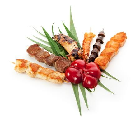 carne asada: Alimentos a la parrilla, decorados con hojas de verdes y P�prika