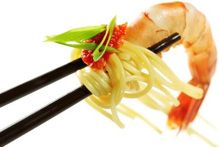 Pâtes crevettes, sauce tomate et fines herbes  Banque d'images