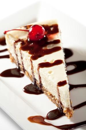 Cheesecake met chocolade saus en kersen