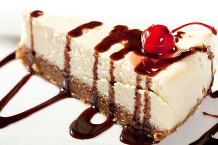 trozo de pastel: Tarta de queso con salsa de chocolate y cerezas