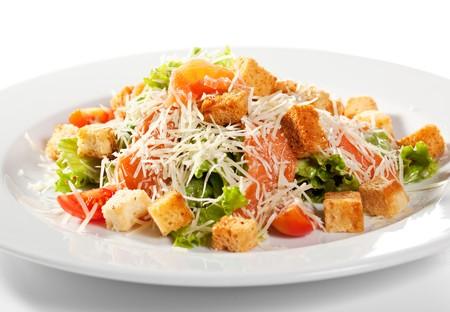 Salade C�sar avec saumon. Comprennent les feuilles de salade romaine et cro�tons habill�s avec fromage Parmesan