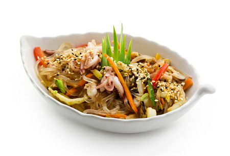 comida gourment: Cocina japonesa - fideos de arroz con mariscos y vegetales
