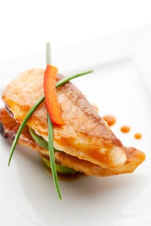 Poisson cuit au four avec la chaux et sauce