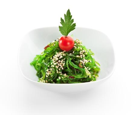 tomate cerise: Algues marin�es � la sauce aux noix. Garnis avec tomates cerises et de graines de s�same