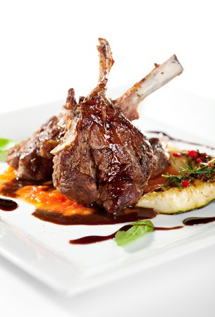 Gegrilde Lamb Chops op tomaten saus, gegarneerd met groenten en basilicum  Stockfoto - 7773173