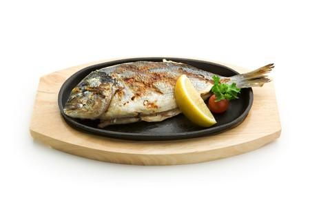 pescado frito: A la parrilla Foods - Parrillada de pescado con lim�n y tomate cherry  Foto de archivo