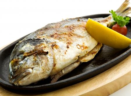 plato de pescado: A la parrilla Foods - Parrillada de pescado con lim�n y tomate cherry  Foto de archivo