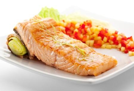 Steak de saumon avec des l�gumes et des feuilles de salade