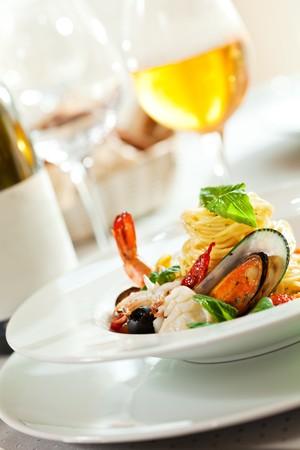 restaurante italiano: Spaghetti de mariscos con Tiger gambas, vieiras, salsa de tomate, mejillones, Calamari y Salmon  Foto de archivo