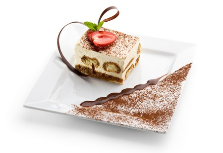Tiramisu - Dessert classique avec la cannelle et le caf�. Garni de fraises et de menthe