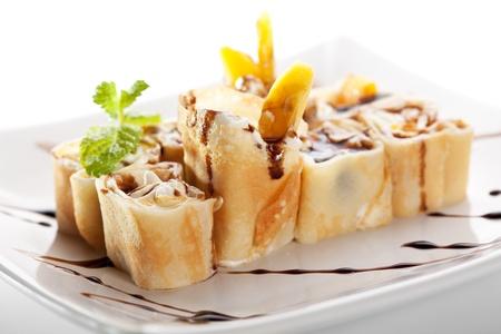 Dessert Maki Sushi   Roll Mit Verschiedenen Früchten Und Frischkäse Im  Inneren. Pancake Außen.