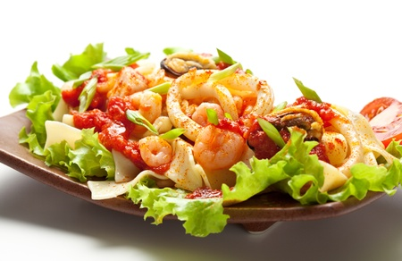 tomate cerise: Cuisine japonaise - Nouilles aux Seadood et sauce tomate. Garnie de feuille de salade avec des tomates cerise