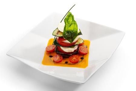 comida gourmet: Ensalada Caprese - ensalada italiana, hecha de tomates, calabacín y queso mozzarella de búfala
